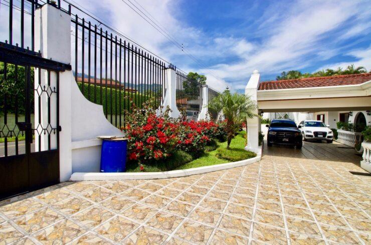 Venta casa Escazú con piscina